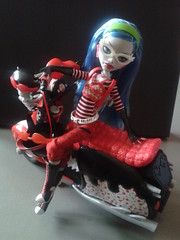quick shot of ghoulia's scooter till i get some better lighting/weather. =P