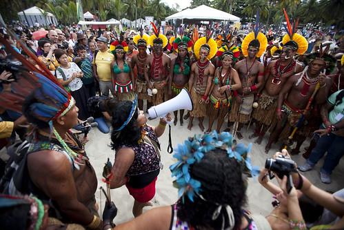 亞馬遜原住民群情激憤,在2012世界永續發展高峰會期間向巴西政府嗆聲。©Caroline Bennett  via Amazon Watch