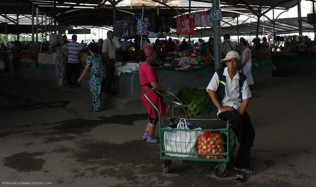 Toujours des vendeurs ambulants, même à l'intérieur. Notez les superbes chaussettes de la vendeuse.