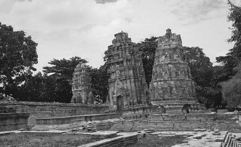 大城瑪哈泰寺裏傾倒的佛塔
