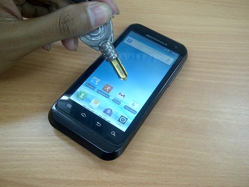 Bila sering dibawa ke luar rumah, ponsel ini tentu saja akan rawan ...