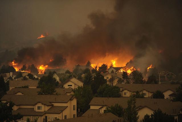 Fotos evacuados y 350 viviendas destruidas por - Ap construcciones ...