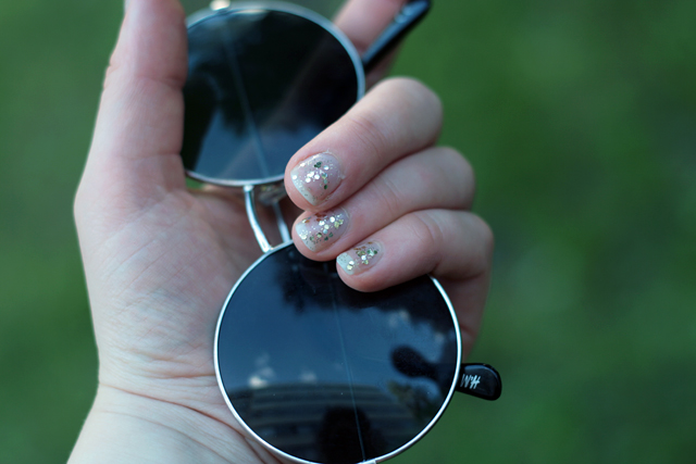 sparkly nails round glasses