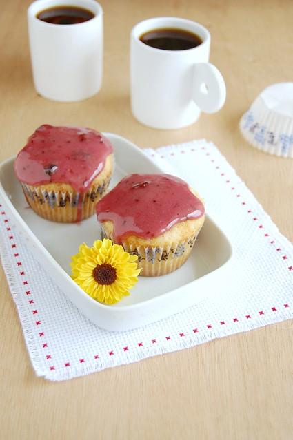 Vanilla cupcakes with blackcurrant preserves icing / Cupcakes de baunilha com cobertura de geléia de cassis