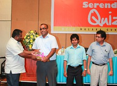 Vindana Ariyawansa presents a token of appreciation to quiz judge Dr Dilantha Gunawardena
