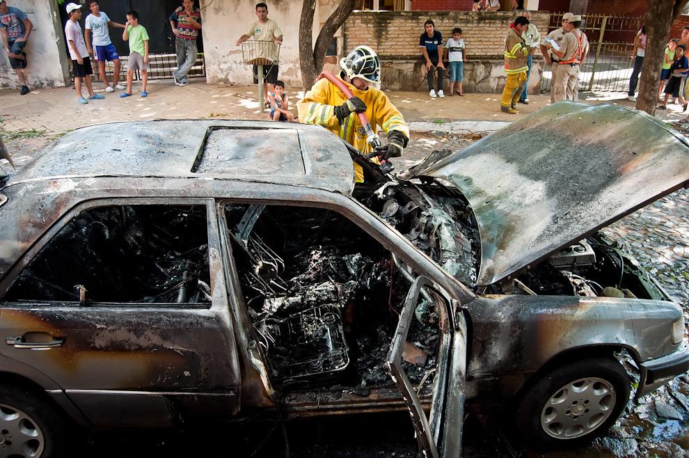 Un bombero de Sajonia se ocupa de enfriar un vehículo consumido casi totalmente por las llamas. Para que el fuego no se avive de nuevo tienen que echar más agua en la zona del foco del incendio, es un proceso de enfriamiento que asegura que el fuego no se reinincie. (Elton Núñez)