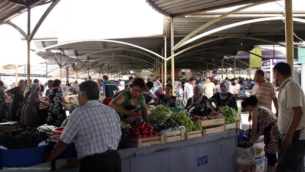Ce coté là du marché est reservé aux fruits et légumes.
