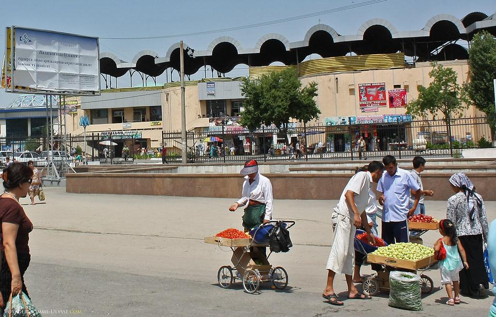Há muito vendedores ambulantes. Aqui vemos os vendedores de frutas.