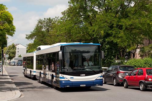 Der Hess-Buszug hat gerade die Haltestelle Hasenbergl verlassen