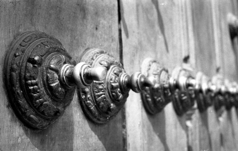 Fotografía convencional, Lima en rollo. Detalle del portón Convento San Francisco de Asís.