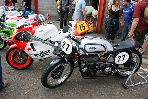 Deux générations lointaines de 500 de GP : Yamaha YZR500, ex-Eddie Lawson & Norton Manx