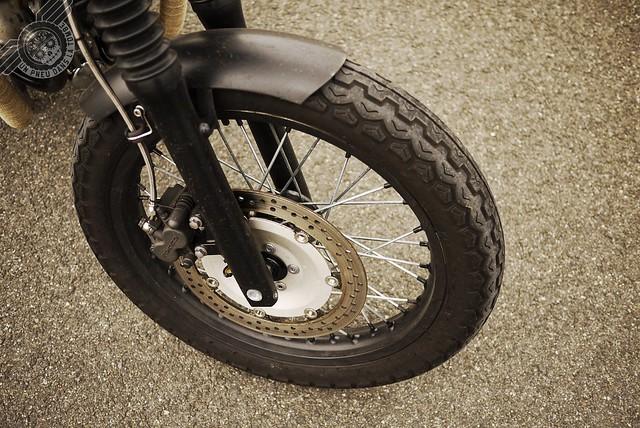 Gros plan sur la roue avant et son garde-boue, tous deux recouverts de Plasti Dip.