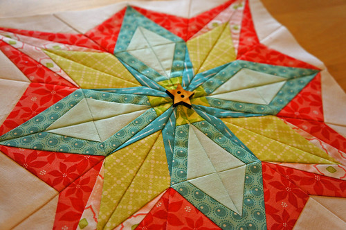 Paper pieced star w button closeup