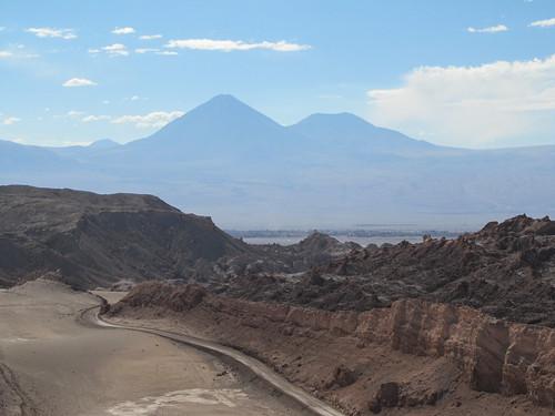 Le désert d'Atacama: vue sur le volcan Licancabur et son acolyte depuis le sommet de la Duna Mayor (Valle de la Luna)