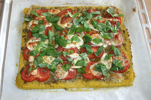 26 - Polenta-Pizza mit Büffelmozarella, Tomaten & Basilikum - Mit Basilikum garnieren / Polenta pizza with mozzarella, tomatoes & basil - garnish with basil