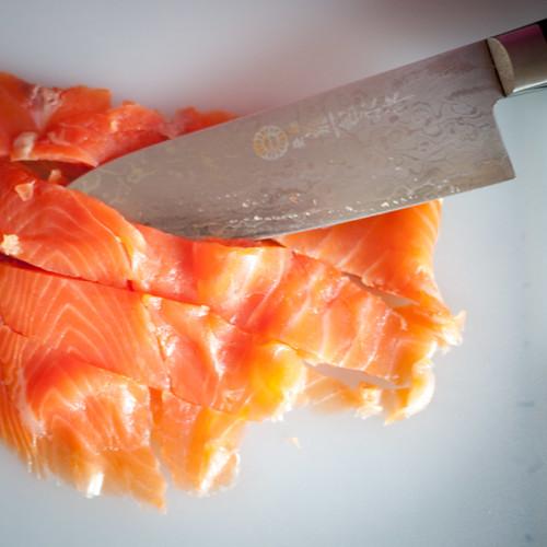 Découpez des tranches de truite saumonée