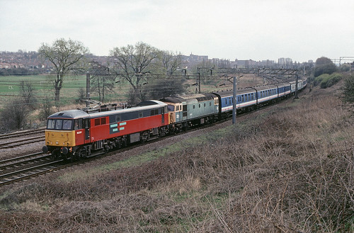 86 261 passes Mill Lane Jcn, Northampton on 7Z70 07.20 Eastleigh - Springburn conveying 33 119 and stock for scrap