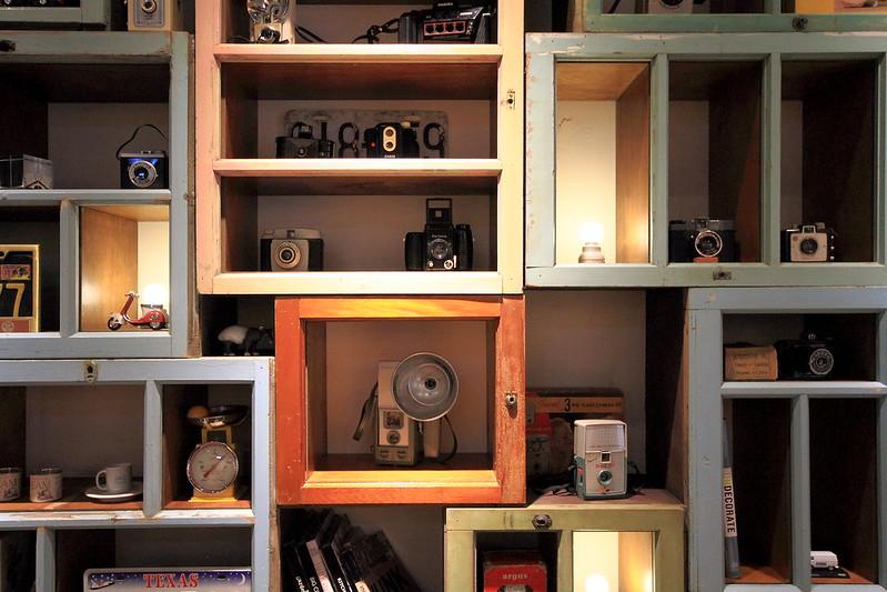 牆上不少老相機,雖非銘機,但收藏迷人。