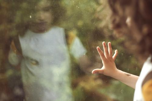 無料写真素材, 人物, 子供  男の子, ボディーパーツ  手, 窓, 落ち込む・憂鬱