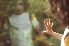 [フリー画像素材] 人物, 子供 - 男の子, ボディーパーツ - 手, 窓, 落ち込む・憂鬱 ID:201207151200