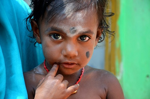 travel portrait india color face colorful asia child earth ii asie couleur tamilnadu inde viajar mahabalipuram mamallapuram streetshot indedusud earthasia pismont clairepismont