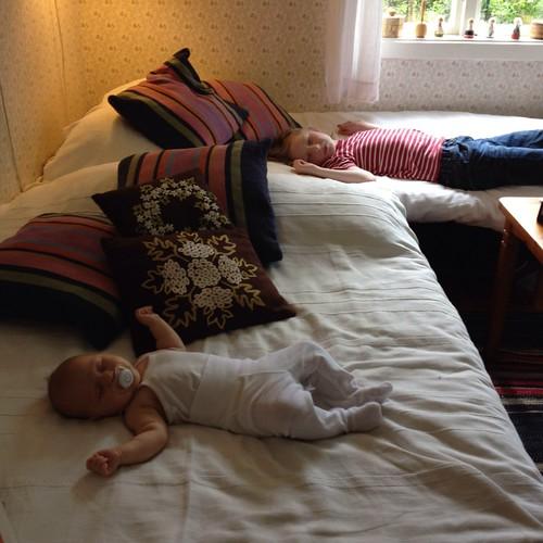 Ella och Viggo i mammas och pappas sovrum