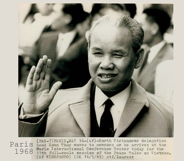 1969 North Vietnam Leader Xuan Thuy Wave Newsmen Paris Center