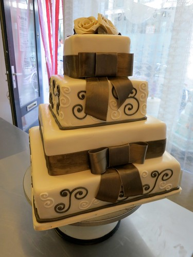 Chic Classic Wedding Cake by CAKE Amsterdam - Cakes by ZOBOT