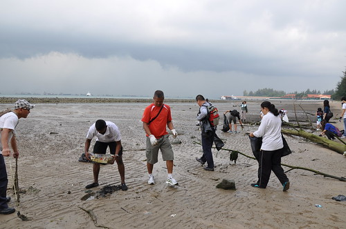 13earth-day-cleanup-tanah-merah-28apr2012[benjamin-tan]