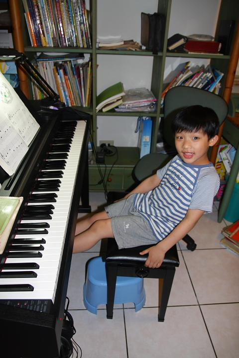 佑佑、彥彥彈鋼琴0003