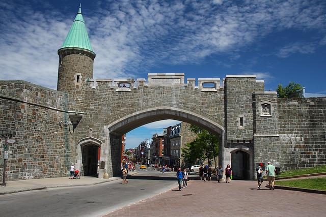 Porte sainte jean et rue saint jean depuis place d for Surplus porte et fenetre quebec