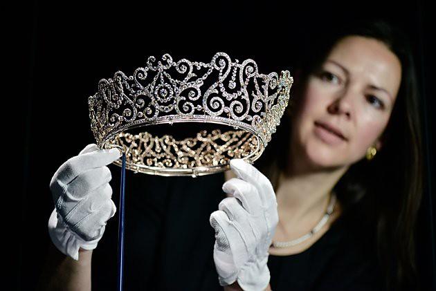 press-preview-diamonds-exhibition-buckingham-20120628-163448-392