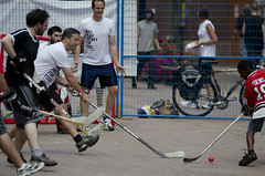 roller hockey(0.0), roller in-line hockey(0.0), floorball(0.0), stick and ball games(1.0), floor hockey(1.0), sports(1.0), street sports(1.0), team sport(1.0), hockey(1.0), ball game(1.0), athlete(1.0),