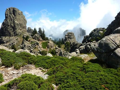 Trace Samulaghja-Quercitella : sur la crête en haut du couloir après Bocca Cilindinu avec la tour et Punta di Ferru