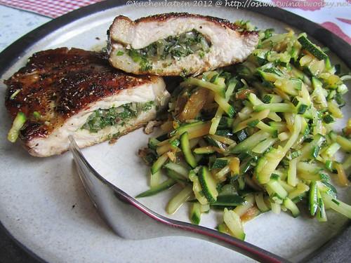 ©Gefülltes Schweinekotelett mit Zucchini-Kreuzkümmel-Salat