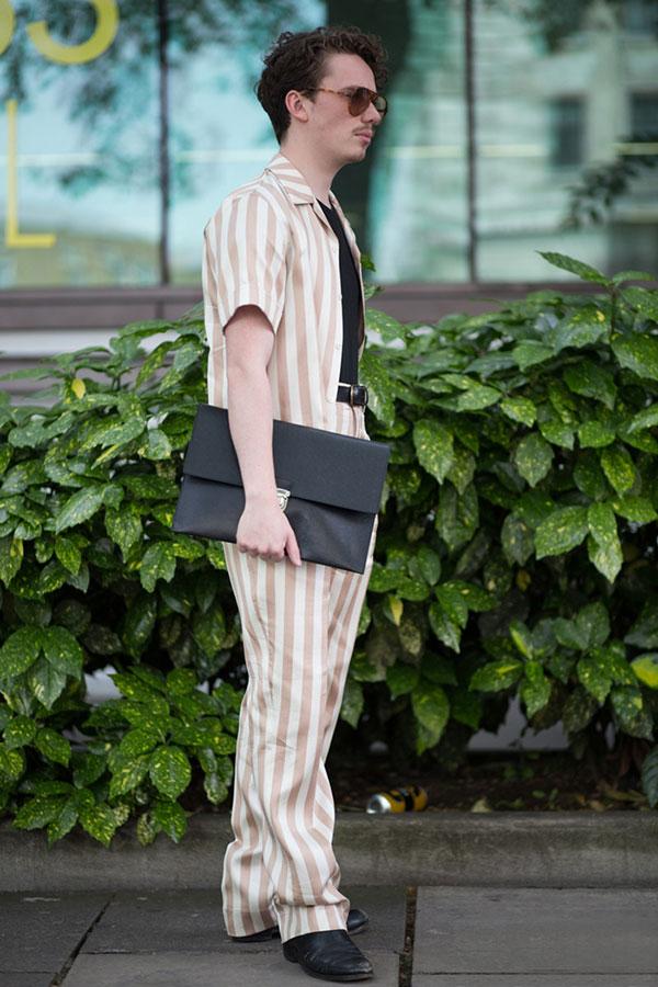 ベージュ・白ストライプシャツ×パンツのセットアップ×黒Tシャツ×黒ブーツ