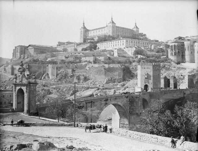 Puente de Alcántara y Alcázar en los años 20. Detalle de una Fotografía de Otto Wünderlich. © Fototeca del Patrimonio Histórico