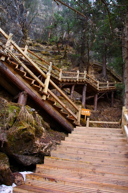 扎嘎瀑布脇にある急勾配の階段