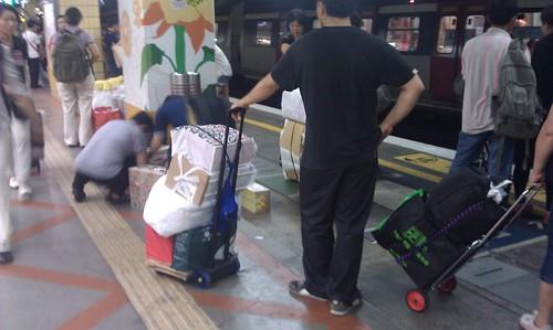 上水駅in香港 物資を運ぶ人々