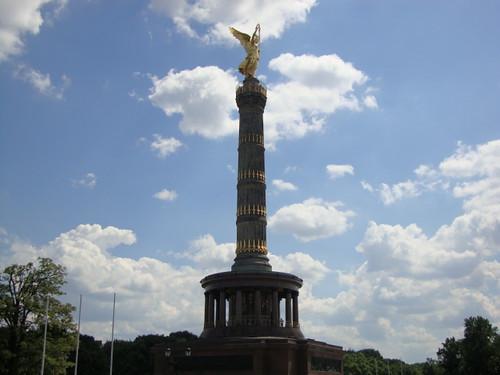 Die Siegessäule in Berlin mit der goldenen Skulptur gehört zu den bekanntesten Wahrzeichen von Berlin auf dem Großen Stern inmitten des Großen Tiergartens in Berlin wurde von 1864 bis 1873 als Nationaldenkmal der Einigungskriege errichtet. Von der Aussichtsplattform eröffnet sich ein Panoramablick über Berlin  1332