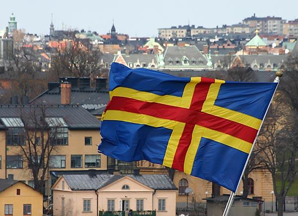 La bandera de las islas Aland, ondeando sobre Marienhamn