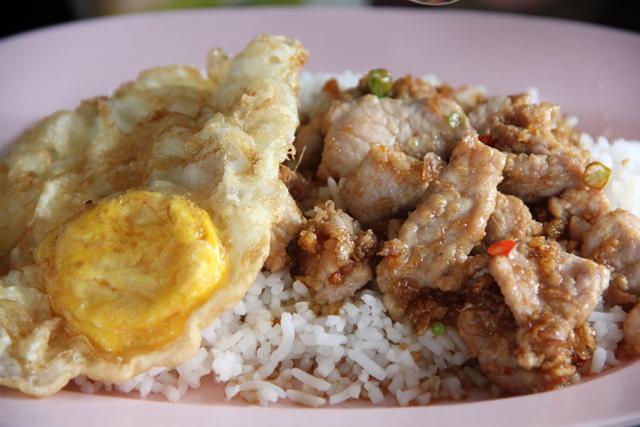 Khao Moo Tod Gratiem (Deep Fried Pork) ข้าวหมูทอดกระเทียม
