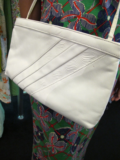 Nice pattern on this 1980s sling bag that doubles up as a clutch!