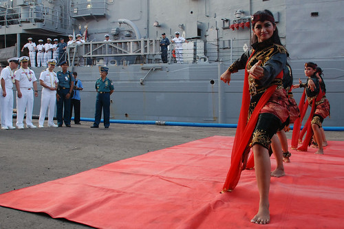 Traditional Reog Ponorogo dancers welcome the crew of USS Vandegrift (FFG 48) to Surabaya.