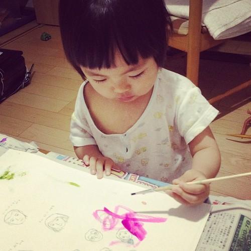 熱が出て夜中に絵を描きはじめる2歳女子。