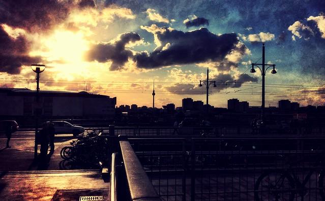 por do sol na Warschauer Brücke