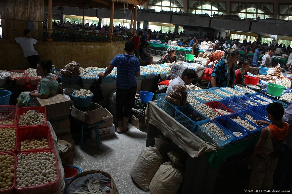 Etals du bazar, regorgeant d'aliments en vente
