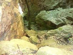 Brèche du Carciara : en contrebas du chemin en RG dans le canyon, un abri (?)