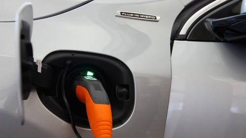 В режиме Hybrid автомобиль будет использовать батарею до предела