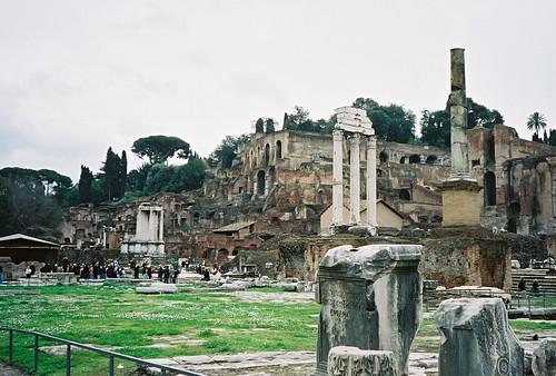 2004.02.27.047 - ROMA - Foro Romano - Tempio di Vesta / Tempio dei Dioscuri 'Tempio dei Càstori'